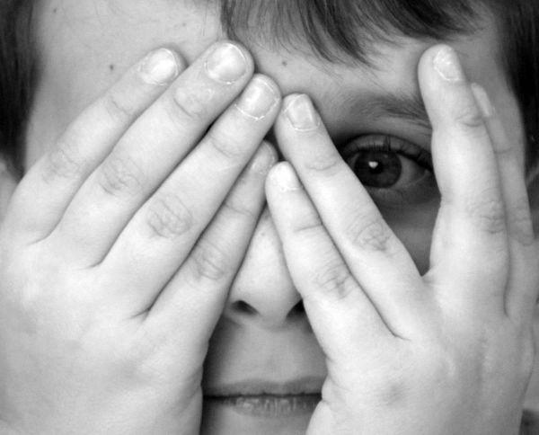 child_hands_over_eyes